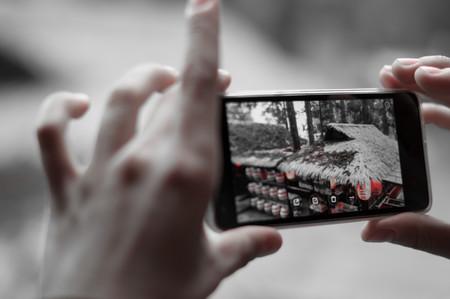 Un adolescente utilizando un teléfono móvil