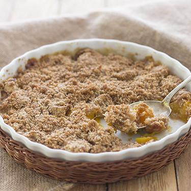Crumble de plátano y mango: receta facilísima para un postre británico con sabor tropical