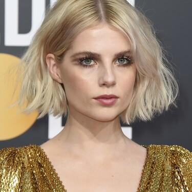 Lucy Boynton sorprende con un gran cambio de look: no solo dice adiós al pelo rubio, sino que estrena un favorecedor corte de pelo con flequillo