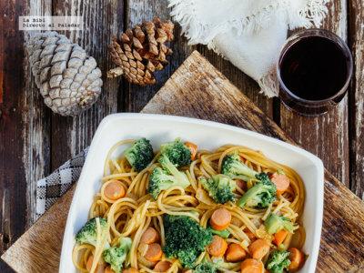 Espaguetis salteados con brócoli y salchichas. Receta