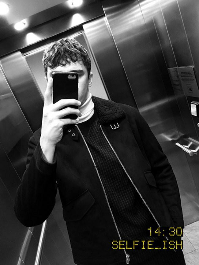 Bershka nos muestra su última colección con una campaña llena de selfies en el espejo del ascensor