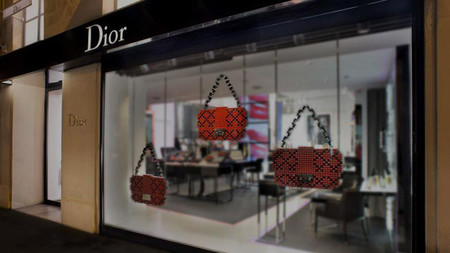 El bolso Miss Dior reproducido con barras de labios en el Pop-up Store de la firma