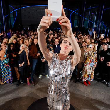 El vestido más futurista y espectacular con el que Cara Delevingne no ha podido parar de hacerse selfies