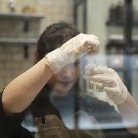 Lo que ocurre cuando te pinchas en el dedo con el virus vacuna: incluso los virus más conocidos y seguros nos la pueden jugar