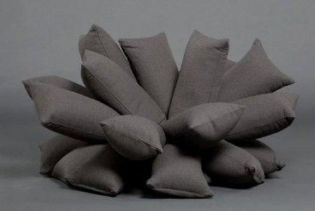 Un sofá hecho con almohadas