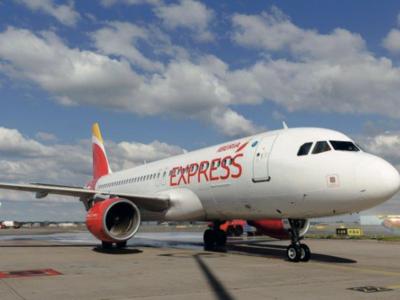 Iberia Express celebra el Día de la poesía a 33.000 pies de altura