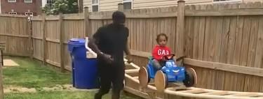Un abuelo construye una pequeña montaña rusa en el jardín de casa para que su nieto pueda disfrutar durante el confinamiento