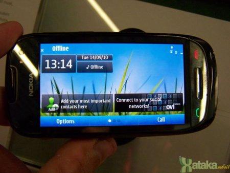Nokia C7 negro con Symbian^3: detalle de la pantalla CBD