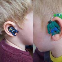 Usar audífonos de superhéroes es lo más increíble para un niño con problemas de audición