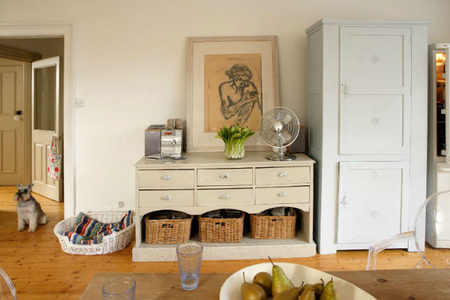 una cocina en gris y blanco