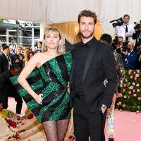 Gala Met 2019: Miley Cyrus no acierta con su mini-vestido ochentero al más puro estilo bola de Navidad