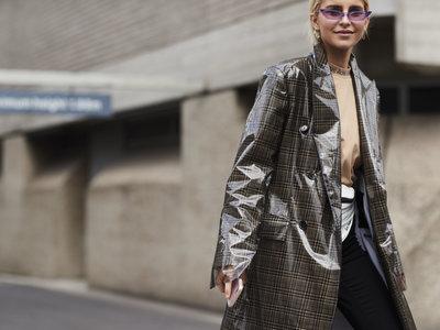 Las gabardinas se mutan y ahora se presentan con efecto plastificado: el 2x1 del mundo de la moda que más triunfa