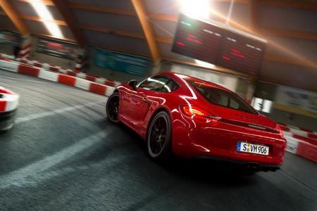 Video: Porsche Cayman GTS va a la pista de go-karts