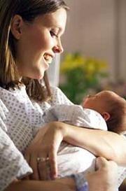 Acunar al bebé con el brazo izquierdo