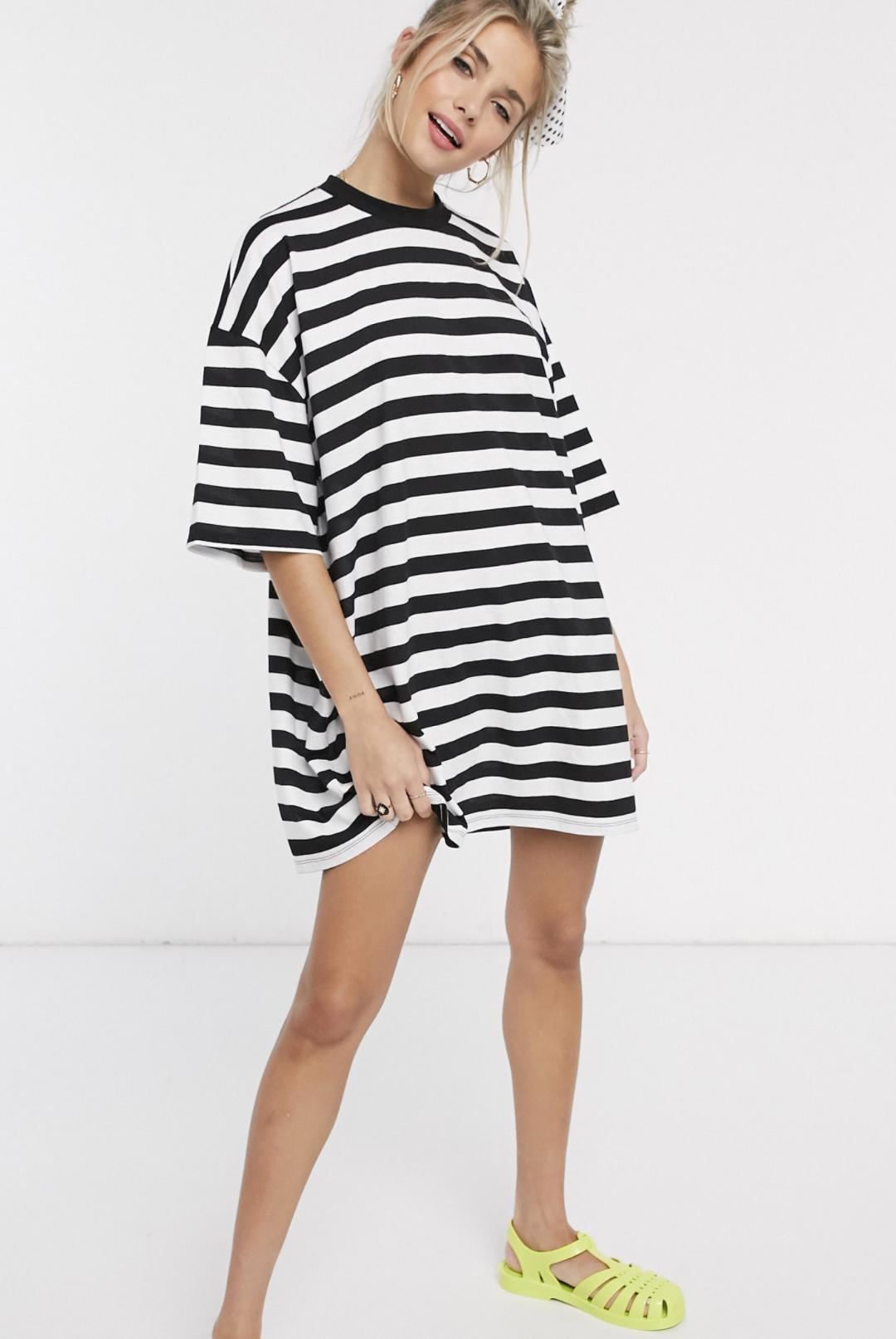 Vestido estilo camiseta de corte muy extragrande con diseño a rayas blancas y negras de ASOS DESIGN