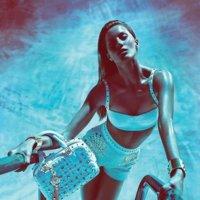 Gisele Bündchen es la diva sexy azulada de Versace: ríete de Avatar