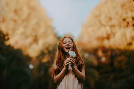 niña con una flor