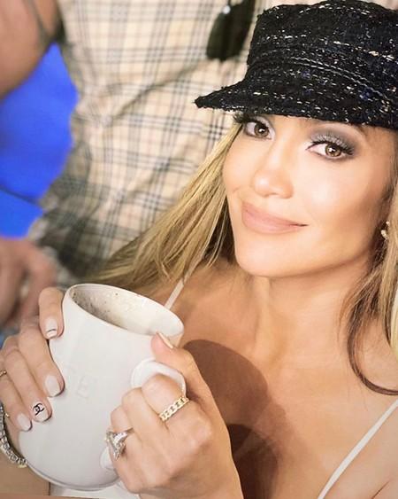Jennifer Lopez sorprende con una manicura de Chanel y otra dedicada a Kobe Bryant