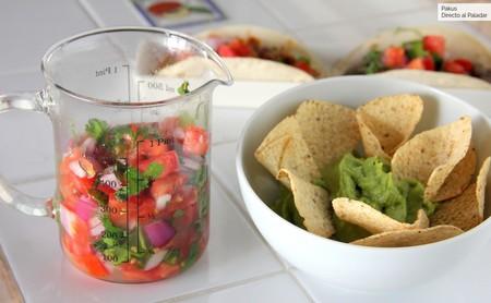 Cómo hacer salsa pico de gallo, la clásica guarnición mexicana (y nueve recetas a las que va de maravilla)