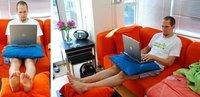 Trabaja con el portátil desde el sofá con dos cojines