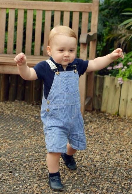 El Príncipe George ya camina y nosotros morimos de monería