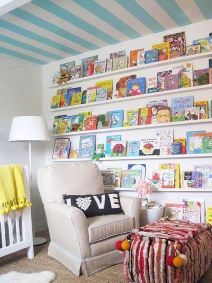 Una buena idea: exponer los libros infantiles sobre una pared