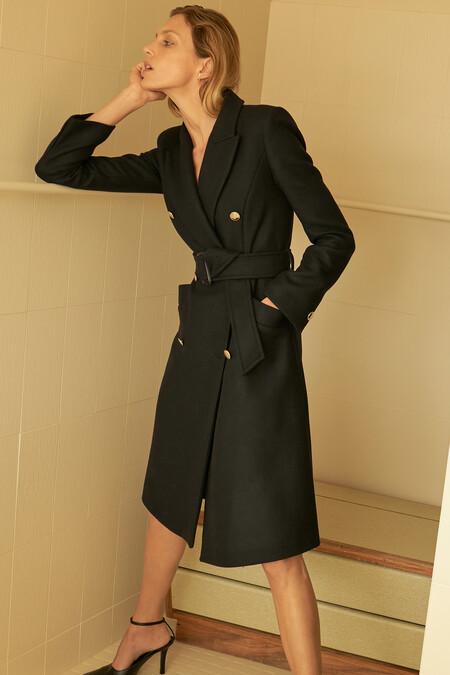 El abrigo negro: un básico del invierno que combina con todo