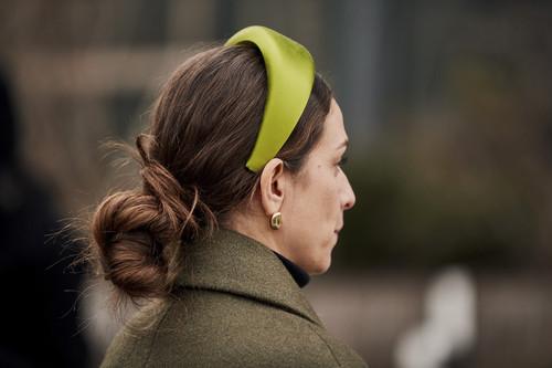 Los complementos de pelo cada vez tienen más protagonismo, palabra del street style