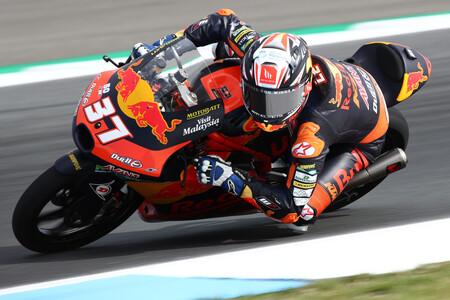 Otra temeridad en Moto3: Pedro Acosta ha sido atropellado por Riccardo Rossi, aunque por suerte está ileso