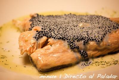 Lomos de salmón al vino blanco con salsa de caviar. Receta