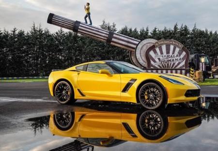 El Chevrolet Corvette Z06 le salva la vida a la bala humana en este ingenioso video