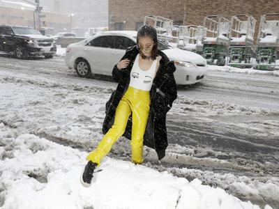 La tormenta de nieve convierte el street style de NYFW en un deporte de riesgo