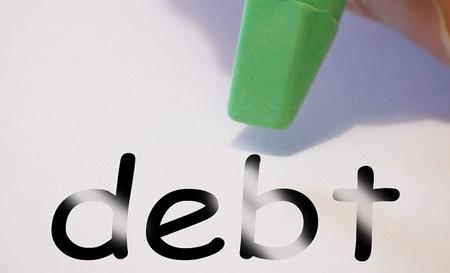El año próximo se pagará más por intereses de la deuda que a los parados