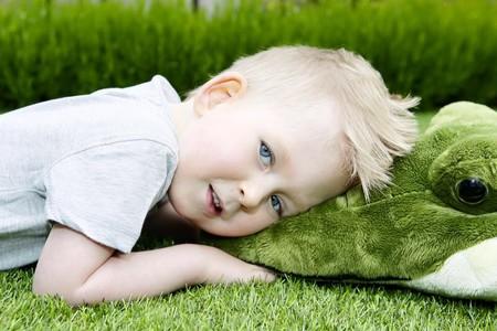 """Aprende a leer y a escribir el niño """"milagro"""" que nació sin el 98 por ciento de su cerebro"""