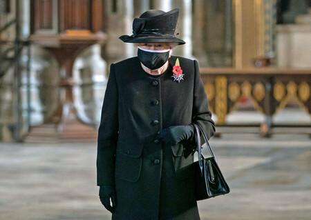 Después de las críticas, la reina Isabel II aparece en público por primera vez con una mascarilla
