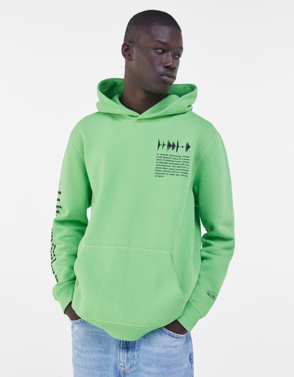 Sudadera con capucha en color verde menta con detalle de estampado en el pecho