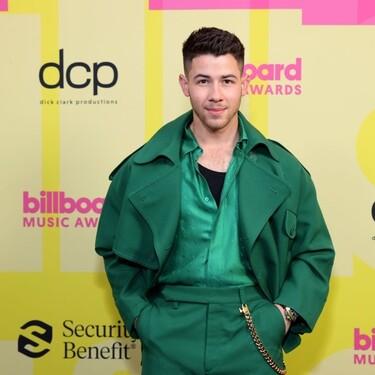 Nick Jonas se enfunda en verde esperanza para la alfombra roja de los Billboard Awards