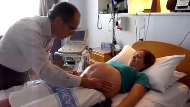 El increíble vídeo del médico que dio la vuelta al feto desde fuera para que pudiera dar a luz en casa
