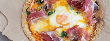 """""""Minipizzas"""" exprés de huevos con jamón serrano: receta para una cena sin complicaciones"""