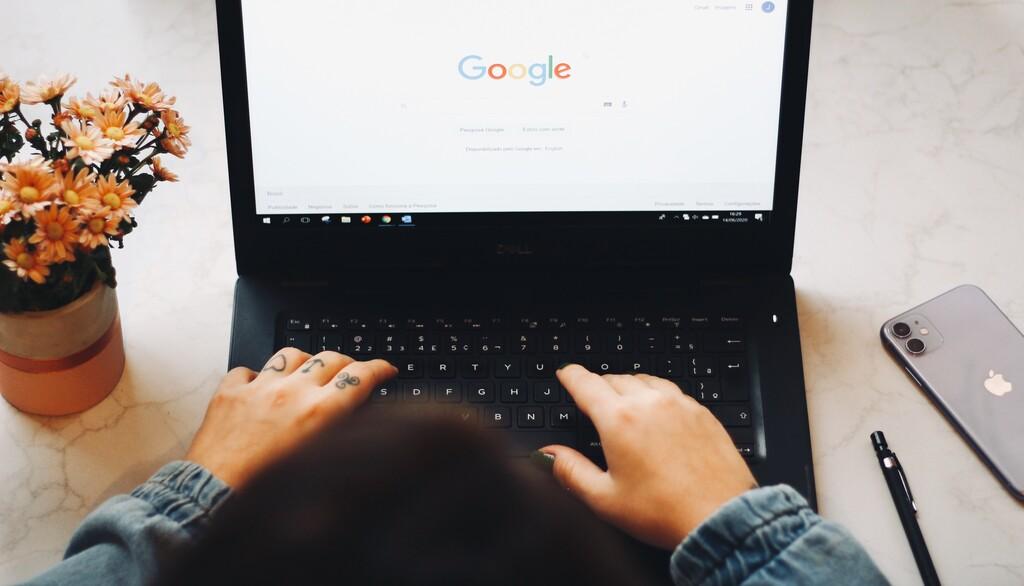 Así es la ley con la que el Gobierno quiere acabar con reseñas falsas en Internet y obligar a Google y otras a explicar resultados