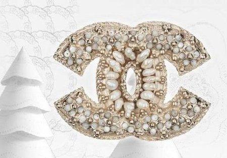 Invierno, tiempo para lucir broches Chanel