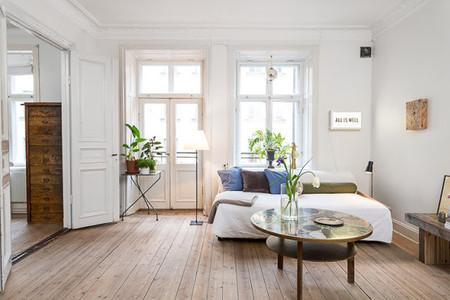 Un luminoso apartamento en Estocolmo con mezcla de estilos