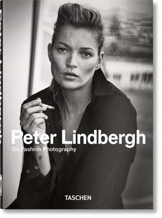 'PETER LINDBERGH. ON FASHION PHOTOGRAPHY': El compendio definitivo sobre la obra de Peter Lindbergh se publica en una edición especial de aniversario. Gracias a colaboraciones con los nombres más venerados de la moda, Lindbergh creó nuevas narrativas con un enfoque humanista.