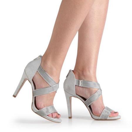 Metaliza tus pies con sandalias plata