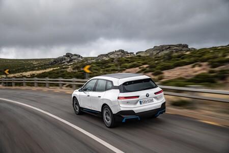 BMW iX trasera en marcha
