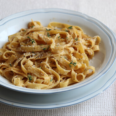 Tallarines con salsa cremosa de queso y pasta de miso: una receta de pasta sencilla, pero sorprendente