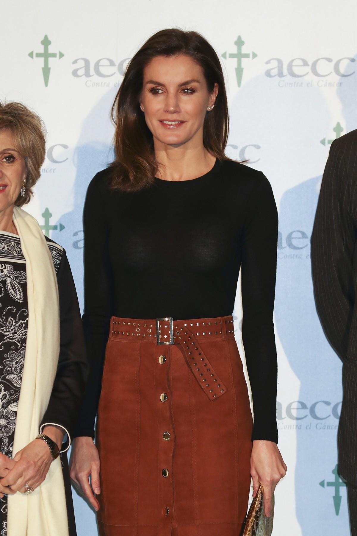 El look de la Reina Letizia con falda de ante que puedes copiar en Zara 86fde76d6173