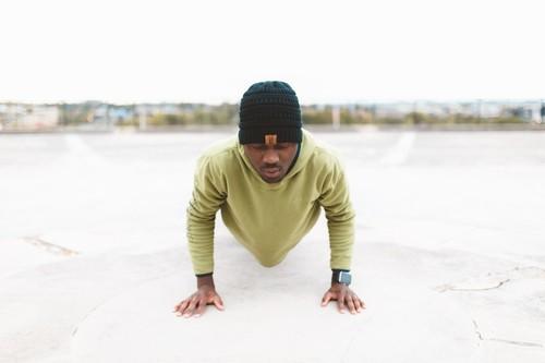 Entrenar con tu peso corporal desde cero: los tres primeros ejercicios que tienes que dominar