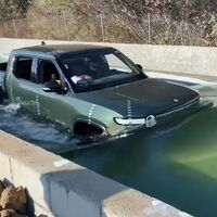 Rivian sigue con Tesla en su punto de mira y prepara su salida a Bolsa mientras 'pone a nadar' a su pick-up eléctrica