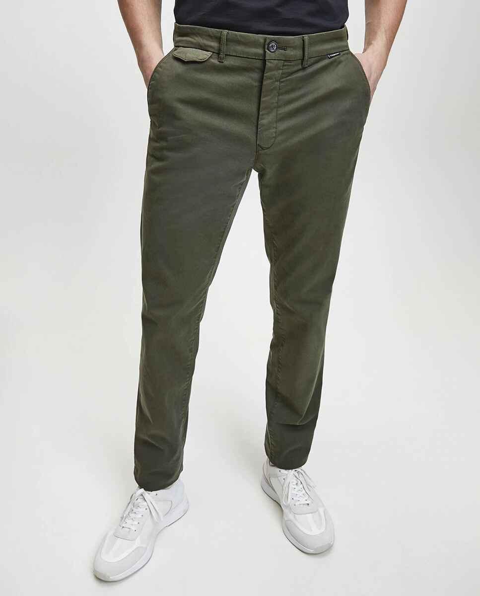 Chinos en color verde de corte slim, de Calvin Klein